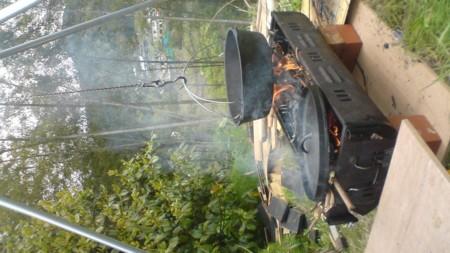 焚火しつつダッチオーブンの手入れしつつ昨日作ったスモークチキンを