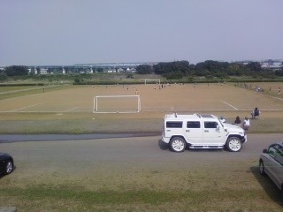 河川敷で 息子のサッカーの試合   負けてる