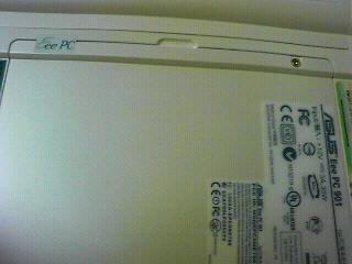 修理から戻ってきたEeePCを開けようとしたら、左側のネジの上に封がさ