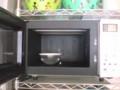 電子レンジの中の掃除には、耐熱容器に水を入れて重曹を溶かして レ