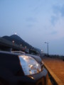 黄昏時の海辺に佇む…