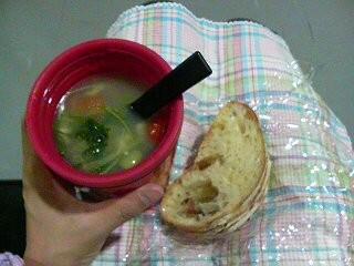 今日のお弁当は野菜と豆のスープと、タラモサンドだよ