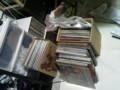 マジで収納場所がない。手前が箱に入り切ってないレコード。