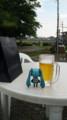 ビールの影からミクカラーT着たメンズを見るミクたん