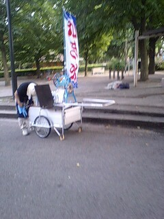 大学の前でかき氷とベビーカステラ売ってるwwww