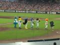 全セ選手入場時、一例に並んでEXILEみたくぐるぐるするマスコットたち