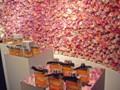 クロエが新作香水を発表! 生バラが飾られた壁が素敵。ローズとブー