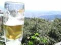 山頂レストランでビール。なんかフジロックのドラゴンドラみたいだね
