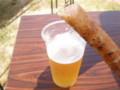 黄金豚チーズソーセージとビール。吹いてくる浜風も気持ちよくてサイ