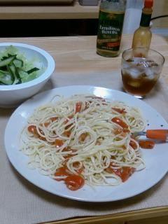 ミニトマトのパスタ、グリーンサラダ、梅酒。今夜は一人ごはん。