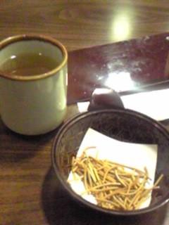 豊橋駅のそば屋。座るとお茶に加え、そば菓子?が。思わず「おっ!」
