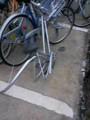誰だよ 後輪だけ盗むなんて 自転車ごと持ってけよ