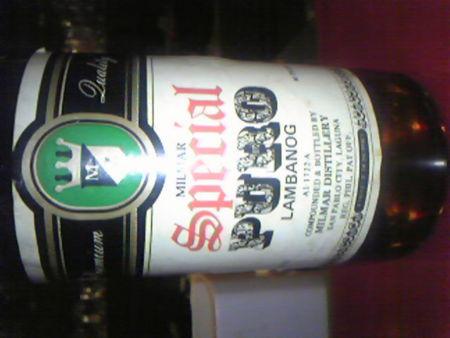 フィリピンのココナッツ蒸留酒。なんだかバーテンもわからん棚の奥か