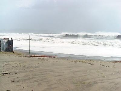 現在の三浦海岸。まぎれもなく大しけです