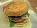 これがマッシュルームバーガーです。見た目も食感も、肉汁の感じとか