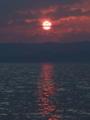 猪苗代に沈む夕日。夕焼けモードで撮ったらやけに暗い空だ。