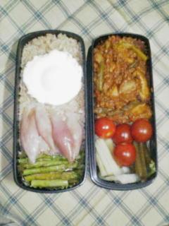 カレーと野菜と目玉焼き。野菜は漬けてあります。