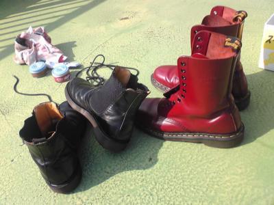 天気が良いので、昼休みは屋上にて靴磨き。BGMはCDが本日届いた♪スチ
