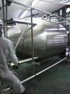 ビールタンク運び出し中 やっぱり、こうして見るとでかいよね。