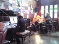 JK高槻。ピアノとドラムのデュオ。編成が珍しい上に、演るの はモン