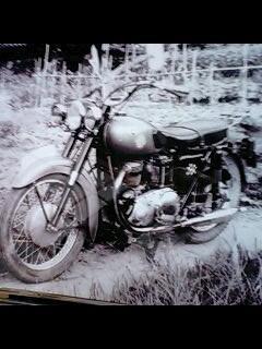 1960年頃の父のバイク なんと車体はゴールドカラー 600ccくらいです。こ