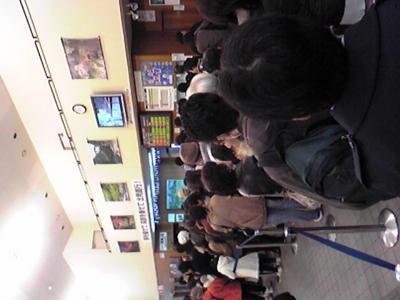 トロッコ嵯峨駅チケット販売の行列です。でもさすがに午後のチケット