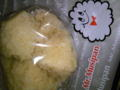 彼の家のテーブルに・・・『ミスタームシパン』とかいう蒸しパン発見