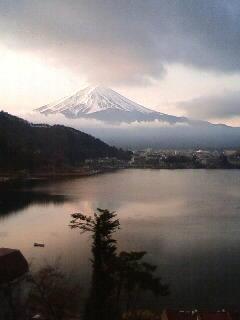 今朝 ホテルから見えた富士山&河口湖 こんなに見事な富士山見たのはか