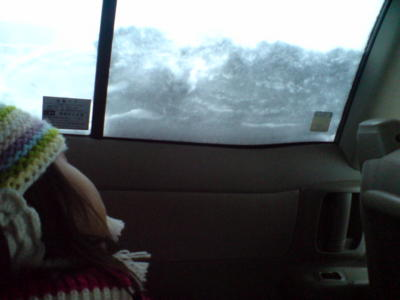雪が降って、白い田舎町、寝る姪っ子。