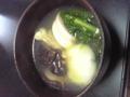 うちの雑煮。醤油ベースのすましに、丸餅、かつお菜、ドンコ 、かし