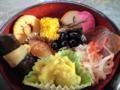 作ったおせち。時計回りに、伊達巻、のし鶏、ごまめ、蒲鉾、紅蕪漬け