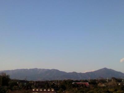 丹沢山塊と大山です。今年は雪がほとんど見えません。