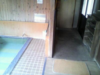 右が入り口で、左が浴槽。手前が脱衣場。簡単な造りだけど男女別には