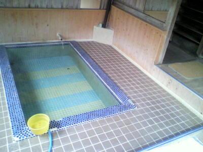 浴槽。80度の源泉を少し水でうめる感じ。いい湯だったし、何より雰囲
