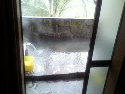 露天風呂。湯温が高くて温まった。内湯も入ってきたけど、人がいたの