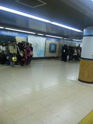 地下鉄有楽町駅と日比谷駅辺りに集まってる女子たちは何者?