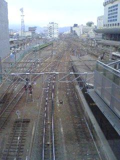 窓からは、京都駅に発着する新幹線、近鉄、JR在来線の線路がすべ て見