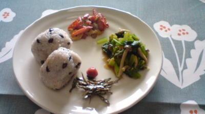 本日のお昼ご飯。お赤飯、人参蓮根きんぴら、田作り、梅干し、小松菜