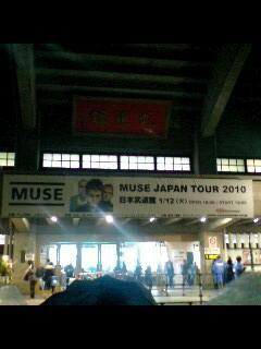 武道館到着。2階席でステージを真横から見る感じ。マット側なのがせ