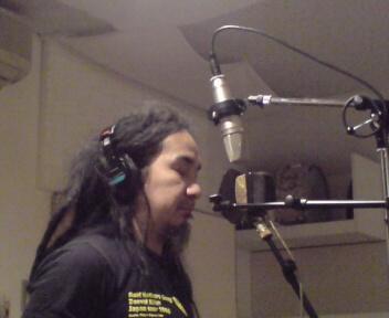 歌を録音している。