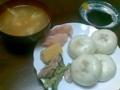 夕飯も自作。ナンプラー味の卵スープと買ってきた肉まん。ピンク色は