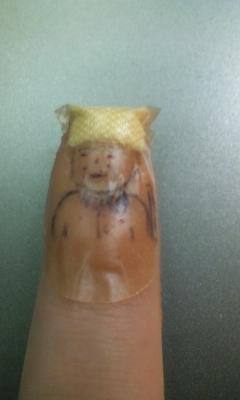 指の切り傷が開いたので絆創膏貼ったら落書きされた