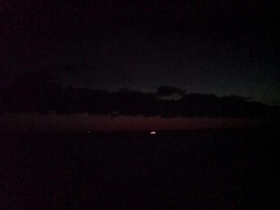 夜明け前。船が出て行く。スゲー寒い。