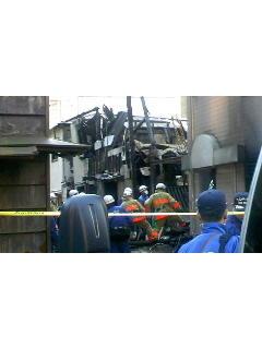 西新橋火事場なう。 一区画のうち半分位燃えてました。木造は怖いで