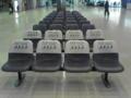 羽田空港第一ターミナルビルなう。空港ロビーに並んでいる椅子はなぜ