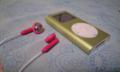 白にピンクも案外悪くない!iPodは未だに第二世代。