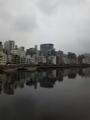 曇天模様の空の下、早朝の隅田川は何かキレイです。屋形船もお休み中