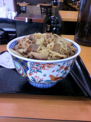 例のヤツ、朝っぱらから食べてしまいました(^^; 肉がちょっと多かった