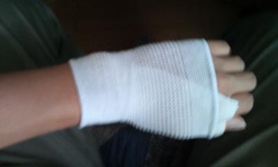 突き指で保健室行ったらこんなことになった。やりすぎ感が否めんが、