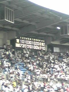 サヨナラ勝ち! 藤川球児の低めを上手くさばいて右中間に入れた井口